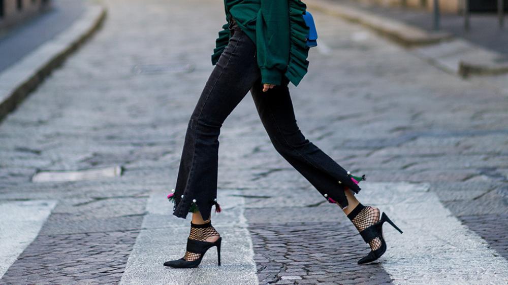 Unik! Cobalah Padukan Kaos Kaki Dengan Sepatu Heels